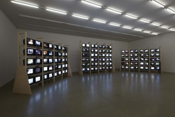 Dieter Roth (Solo Szenen) Solo Scenes, 1997-1998 Video installation; 128 monitors, video content on 131 CF card media players Dimensions variable Videostill © Dieter Roth Estate Courtesy Hauser & Wirth